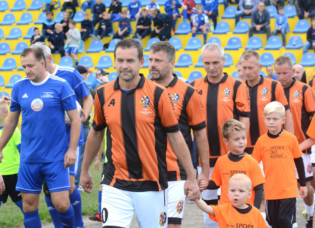 Róbert Semeník na čele majstrov z 1. FC Košice.