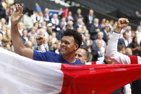 Jo-Wilfried Tsonga si užíva ovácie po rozhodujúcom zápase semifinále.