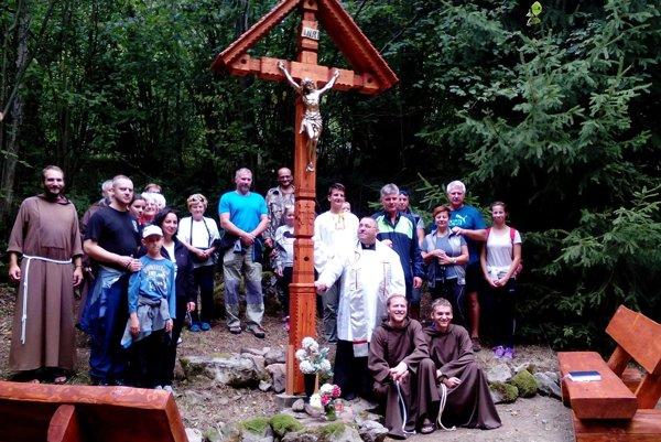 Nový kríž zo smrekovca nahradil pôvodný, ktorý mal viac ako sto rokov.