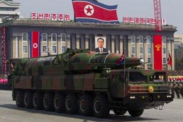 Severokórejské raketové vojsko počas prehliadky.