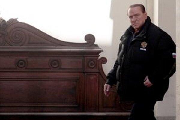 Berlusconi odchádza zo svojej rezidencie v Ríme.