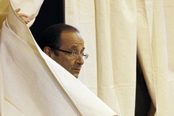 Po prvom kole čaká neskúseného Hollanda tvrdší súboj so Sarkozym a priama konfrontácia v televízii.