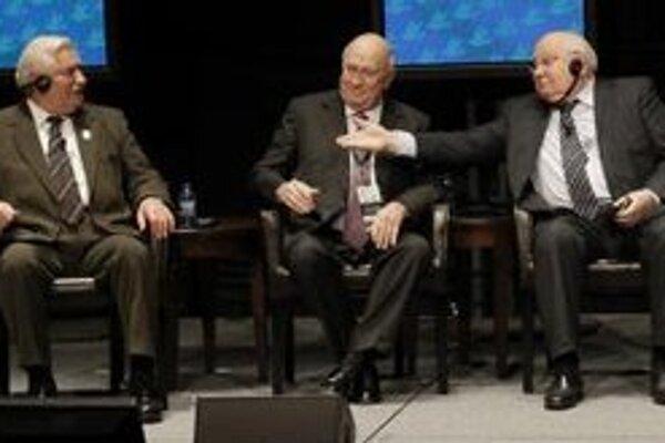 Michail Gorbačov, Frederik Willem de Klerk a Lech Walesa na summite v Chicagu.