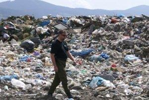 Odkalisko sa nachádza neďaleko zubrohlavskej skládky odpadov.