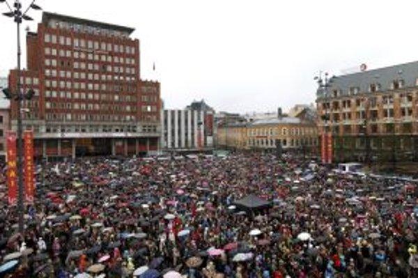 Viac ako 40-tisíc ľudí sa zišli počas dažďa na námestí Youngstorgeta, aby zaspievali pesničku s názvom Deti dúhy.