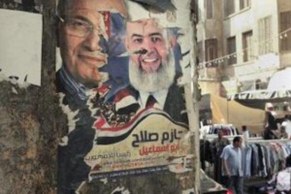Poškodený predvolebný plagát egyptského prezidentského kandidáta Ahmada Šafíka.