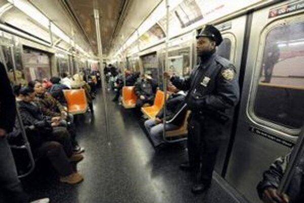 Policajt v newyorskom metre.