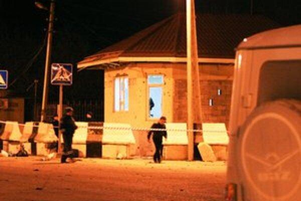 Výbuchy údajne policajnú stanicu takmer zničili.