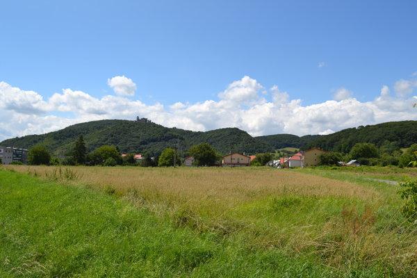 Airsoftové akcie sa konajú v lese blízko obce.