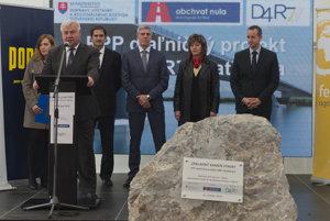 Minister dopravy Árpád Érsek (Most-Híd) pri poklepávaní základného kameňa pri začiatku výstavby bratislavského obchvatu.