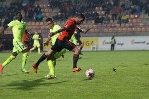 Zľava: Yusuf Olaitan, Róbert Mazáň z MŠK Žilina a Erik Daniel z MFK Ružomberok počas zápasu 9. kola Fortuna ligy.