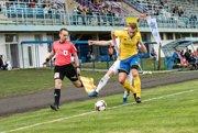 V zápase KFC - FK Pohronie sa urputne bojovalo o každú loptu.