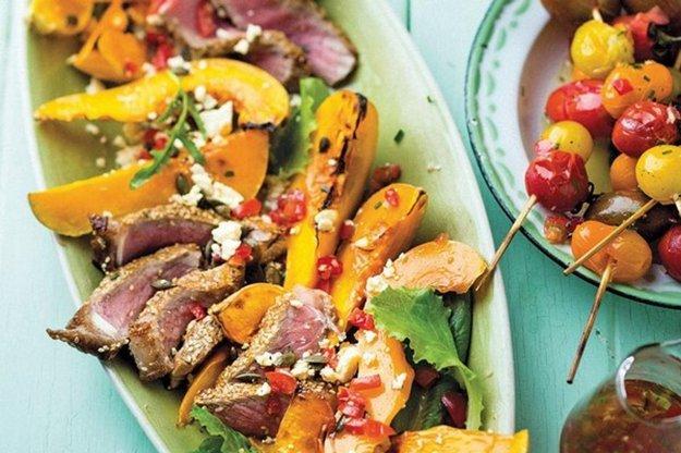 Šalát s pečenou tekvicou, paradajkami, fetou a mäsom