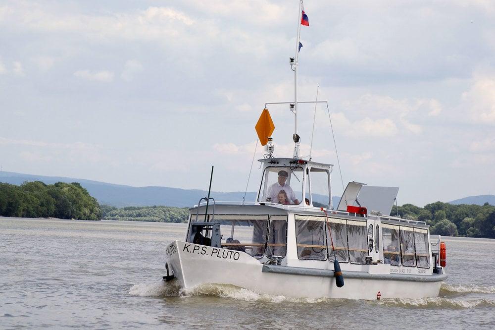 Molnárova firma plavidlo s kapacitou štyridsať osôb zrekonštruovala a dnes vozí v Komárne po Dunaji a Váhu turistov.