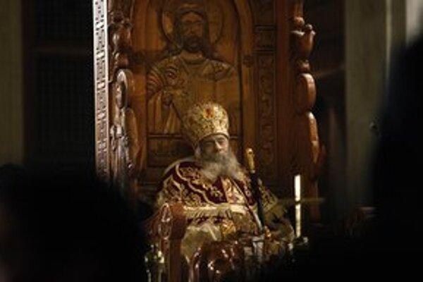 Telo Šenuda III. je vystavené v sediacej polohe na drevenom tróne.
