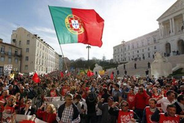 Demonštranti pred budovou parlamentu v Lisabone.