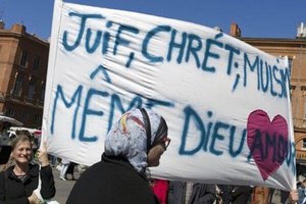Francúzi spomínajú na obete streľby.