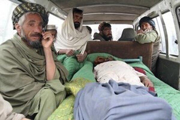 Afganská rodina odprevádza zabitého príbuzného.