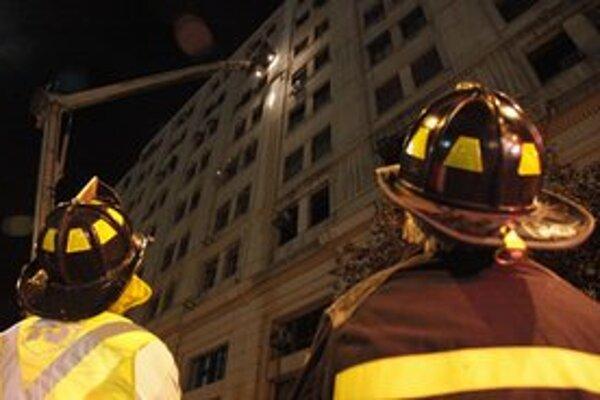 Požiarnici kontrolujú budovu v hlavnom meste Santiago.