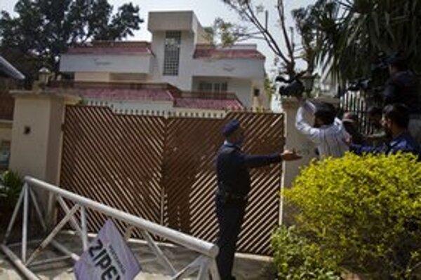 Novinári pri dome v Islamabade, v ktorom údajne zadržiavajú členky bin Ládinovej rodiny.