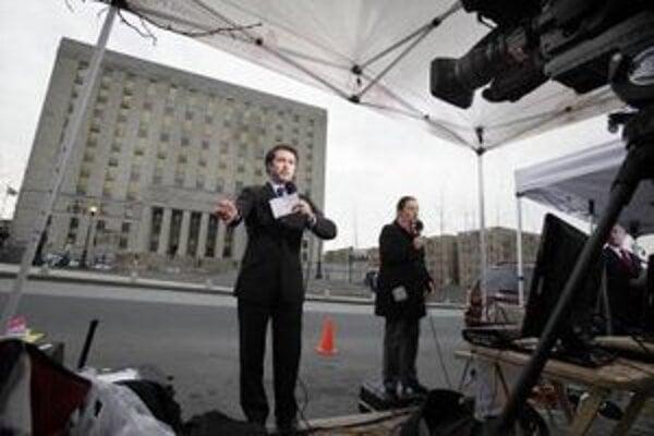 Televízni reportéri pred najvyšším súdom v New Yorku.