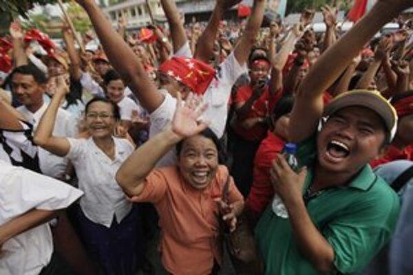 Barmčania oslavujú, Su Ťij je v parlamente.