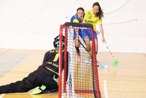 Tvrdošínske florbalistky (v žltom) na úvod sezóny porazili Spišskú Novú Ves.