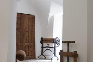 V dome sa už nachádzajú historické kusy nábytku a staré zariadenia.