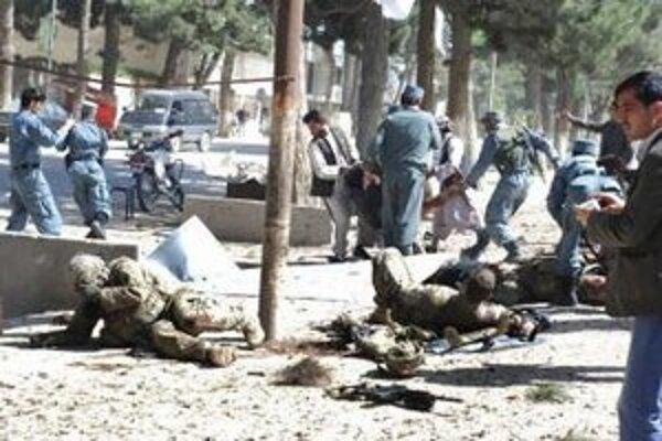 Atentátnici zabili osem členov miestnej afganskej polície.