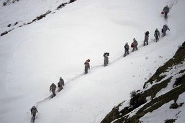 Pakistanskí vojaci hliadkujú aj v náročnom horskom teréne.