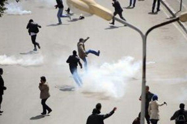 Polícia proti demonštrantom nasadila slzotvorný plyn.