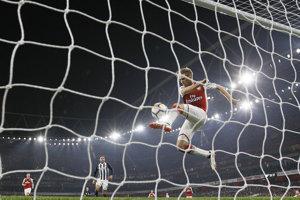Hráč Arsenalu Nacho Monreal zabránil gólu v zápase proti West Bromwich Albion.