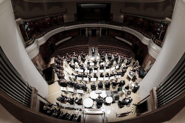 Štátna filharmónia Košice. Hudobníci sa už pripravujú.