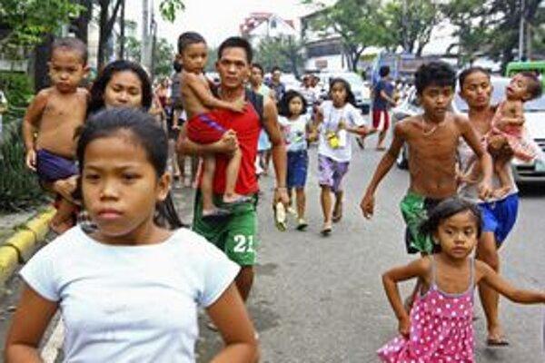Záchvevy spôsobili paniku, ľudia vybehli z nákupných centier, škôl a úradov.