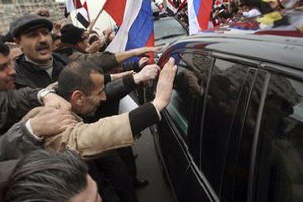 Demonštranti obliehajú konvoj s ruským ministrom zahraničia Lavrovom.