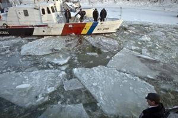 Ľadové kryhy a ľad na Dunaji ukotvili stovky lodí v prístavoch. V štyroch balkánskych krajinách pokrýva ľad až 90 percent úseku rieky.