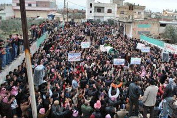 Protivládni demonštranti v meste Baba Amr.