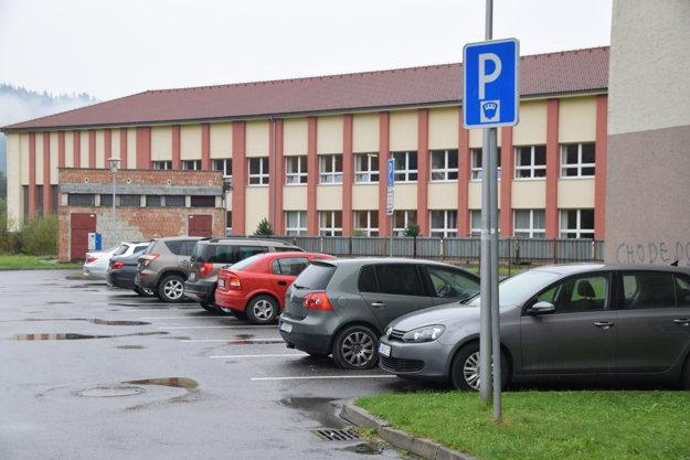 Zatiaľ zaviedli parkovací systém na dvoch zahltených častiach, ato pred zdravotným strediskom aza kultúrnym domom (na snímke).