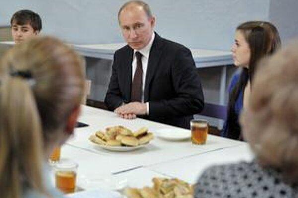 Ruský premiér Vladimir Putin vedie kampaň po celom Rusku, píše články. Na debaty so súpermi nemá čas.