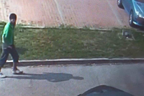 Záznam páchateľa z kamerového systému.