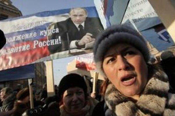 Rusi podporili svojho premiéra v uliciach.
