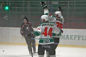 Róbert Mikéska sa s Dávidom Okoličánym teší z gólu v zápase HK Skalica - HC Bratislava.