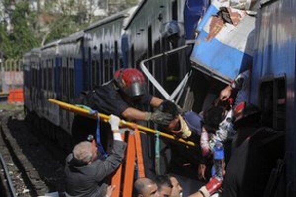 Záchranári vyťahujú z vlaku zranených pasažierov.