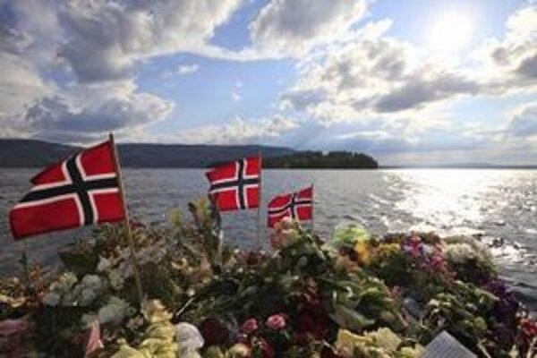 Na ostrove Utöya horia sviečky a vejú zástavy za obete minuloročného masakra.