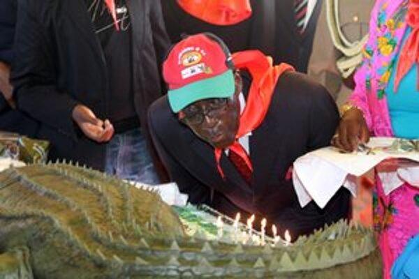 Mugabe sfúkol sviečky na torte pri príležitosti svojich 88. narodenín.