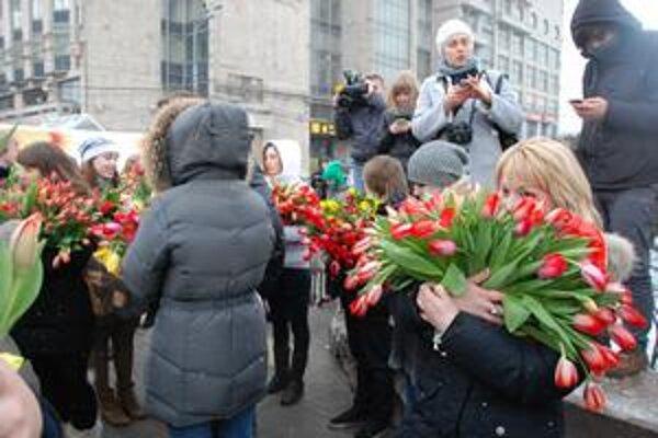 Proputinovci rozdávali v Moskve tulipány.