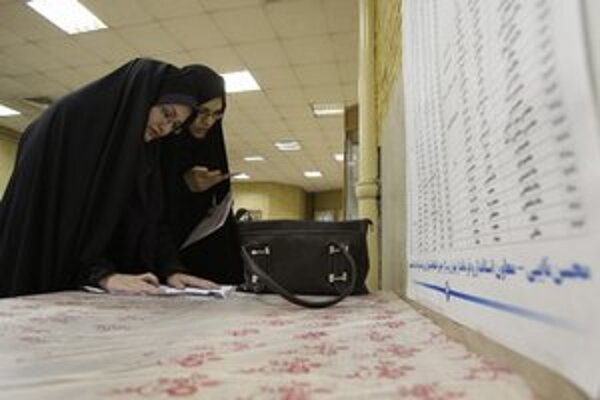 Iránske ženy vypĺňajú hlasovacie lístky.