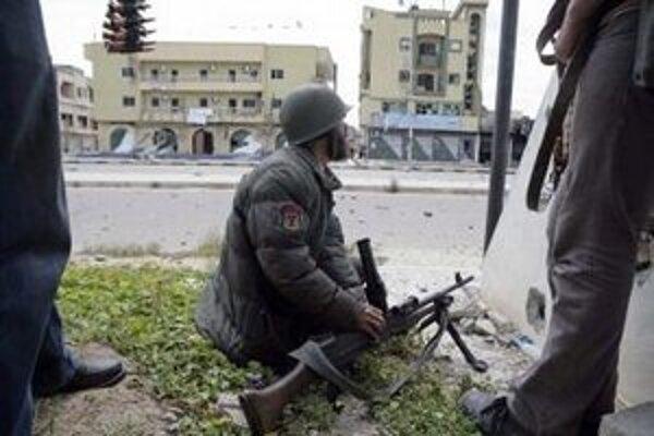 Líbyjskí povstalci počas bojov s líbyjskými vládnymi silami vernými Muammarovi Kaddáfímu v obliehanom meste Misuráta.