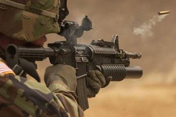 Americký vojak so zbraňou M4A1.