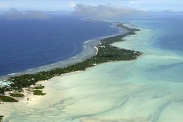 Atol Tarawa, ktorý je súčasťou ostrovného štátu Kiribati.